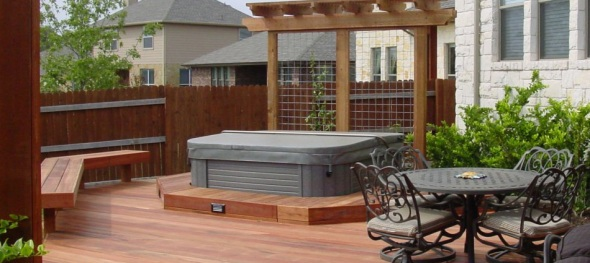 Austin outdoor spa with Tigerwood deck and pergola privacy feature