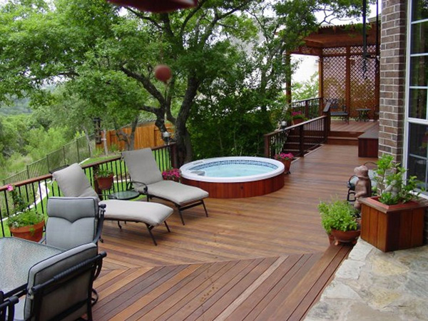 Circular spa with natural privacy barrier